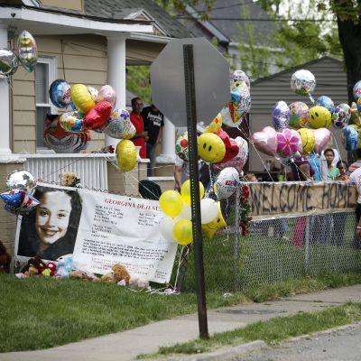 Sympatisörer utanför Gina DeJesus hem i Cleveland