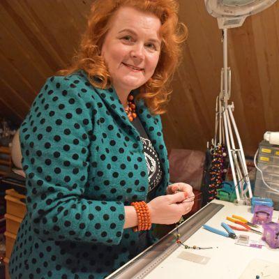 Lea Sairanen valmistaa Raitavaaran korut Punkaharjulla kotonaan
