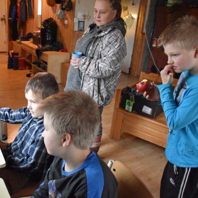 Sapsa, Tuukka ja Veikka käyvät koulua verkossa äitinsä Taru Panulan valvoessa.