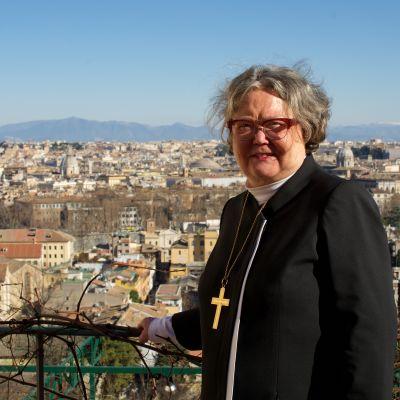 Helsingin piispa Irja Askola Vatikaanissa.
