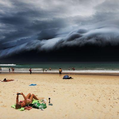 Bondi Beach Australian Sydneyssä. Tummat pilvet muistuttavat pelottavalla tavalla tsunamia.