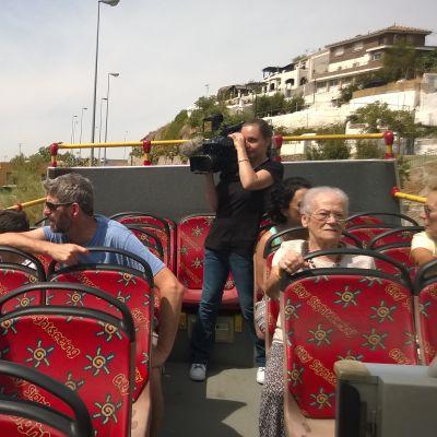 Marjut Heinonen istuu turistibussissa ja ihailee maisemia.