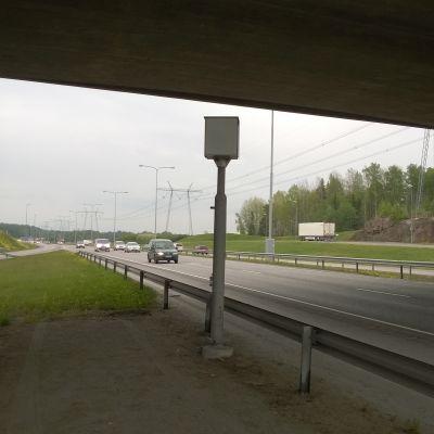 Liikennevalvontakamera Kehä III:lla.