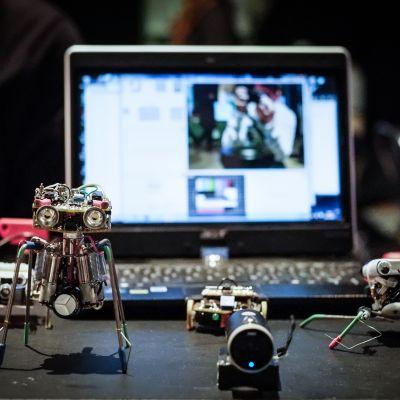 Neljä pientä söpöä robottia pöydällä.