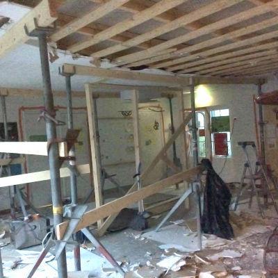 En skolaula som renoveras. Taket är upprivet. Det är Muijalan koulu i Lojo.