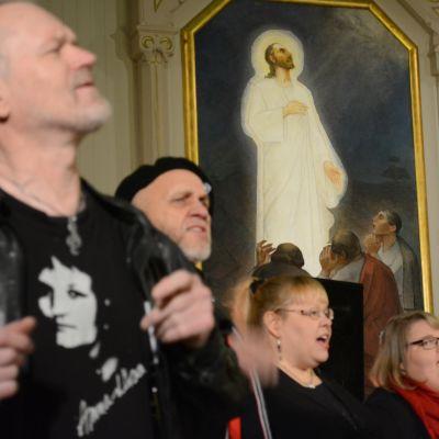 Jeesus Kristus Supertähti -rockoopperan kuorolaiset laulavat