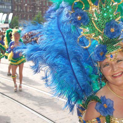 Samba Cariocan tanssijat esiintyvät ulkoilmassa.
