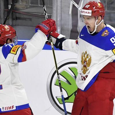 Artemi Panarin ja Jevgeni Kuznetsov juhlatuulella MM-välierässä