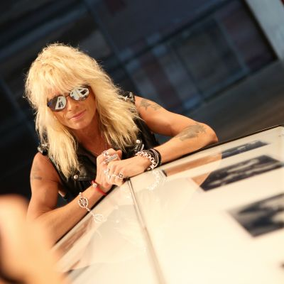 Michael Monroe poseeraa kameralle Hanoi Rocks -näyttelyssä Logomossa.