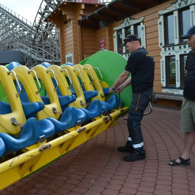 Huvipuistolaitteen turvatarkastus käynnissä Powerparkissa Härmässä.