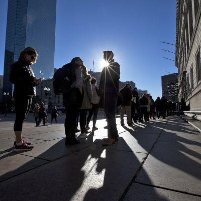 Väljare köar till vallokalen i Boston, för att rösta i presidentvalet 2016.
