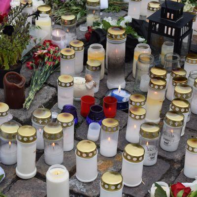 Kynttilöitä ja kukkia Turun kauppatorilla puukotusten uhrien muistoksi elokuussa 2017.