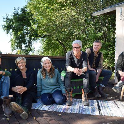 Paul Svensson, Camilla Forsén-Ström, Lee Esselström, Jim Björni, Owe Salmela och Elin Skagersten-Ström i gruppbild framför bastun på Strömsö.