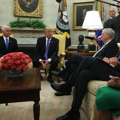 Demokraterna Nancy Pelosi och Chuck Schumer (till höger) träffade Donlad Trump i Vita huset tillsammans med vicepresident Mike Pence och  senatens republikanske ledare Mitch McConnell.