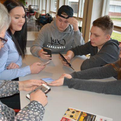 Lapuan lukion oppilaita opettaja Jaana Holman johdolla on mukana Yle Historian #kieltolaki-projektissa.