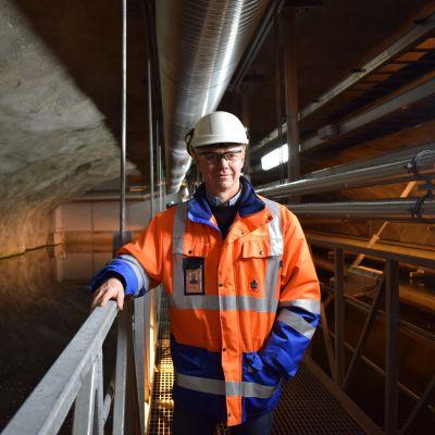 Turku Energian lämmönhankintapäällikkö Ilkka Syrjälä esittelee maanalaista tekojärveä.