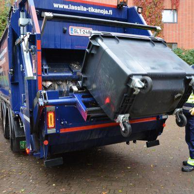 Sekajäteastia tyhjennetään jäteautoon.