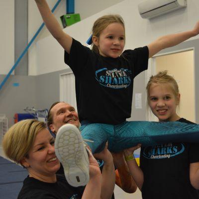 Cheerleading sopii koko perheen harrastukseksi.