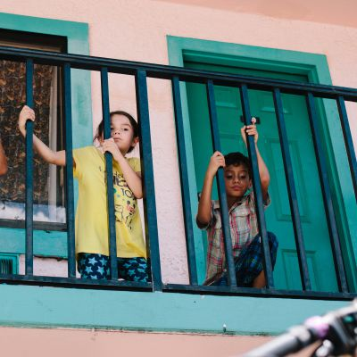 tre barn på en balkong ur filmen the florida project