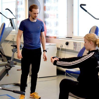 Fysioterapeutti Jaakko Lähde ohjaa asiakasta.