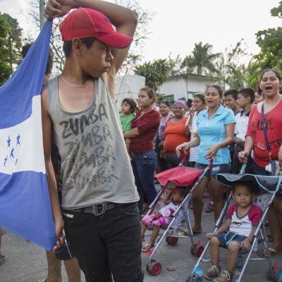 Drygt tusen centralamerikanska demonstranter har tågat genom Mexiko mot den amerikanska gränsen för att protestera mot Trumps invandrarpolitik. Det kan ha motiverat Trump att kalla in nationalgardet