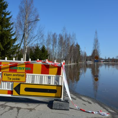 Skatilan silta suljettuna kevättulvien takia Mustasaaren Veikkaalassa.