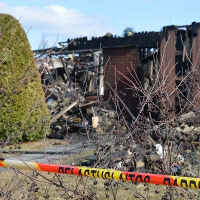 Kuvassa tulipalossa tuhoutunut rivitalo.