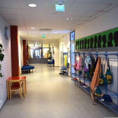 Koulun käytävä