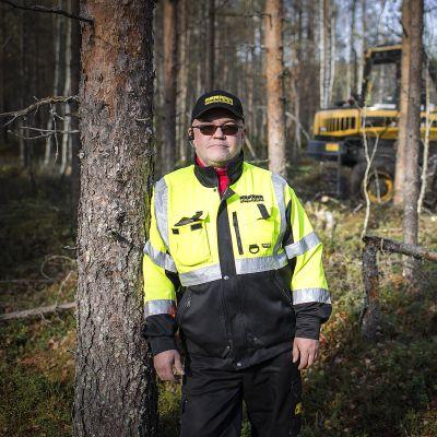 Juha Nevala metsässä.