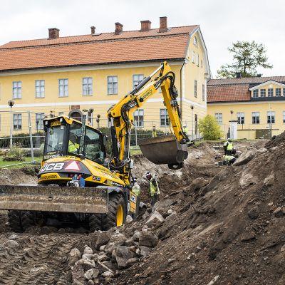 Kaivauksia KH Renlundin museon vieressä.