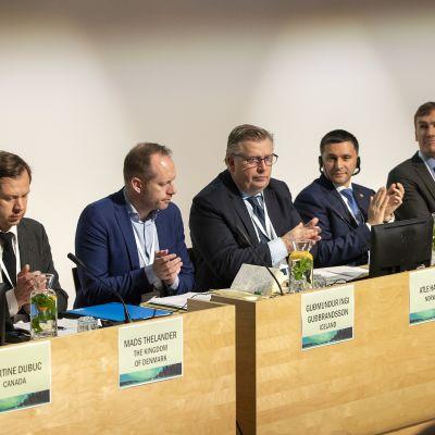 Arktisten maiden ympäristöministerit tiedotustilaisuudessa