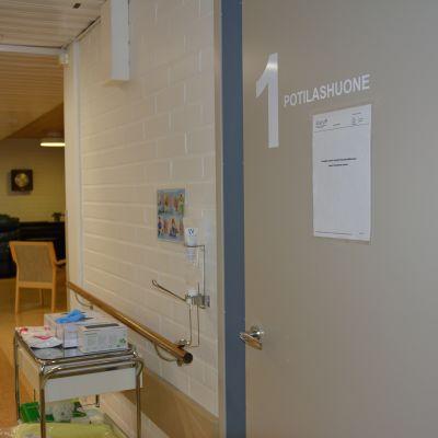 Potilashuoneen ovi Vetelin YLE-osastolla.
