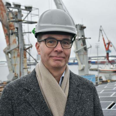 Jussi Ojanen Rauman telakalle rakennetulla aurinkovoimalalla.