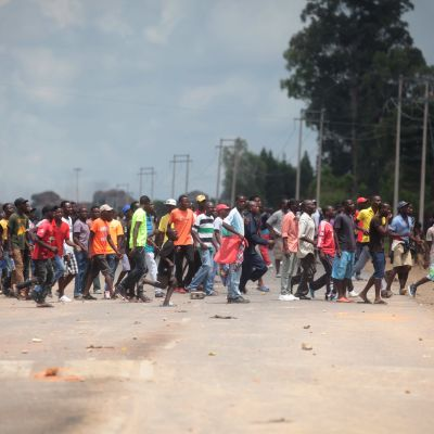 Demonstranter blockerar en väg i förorten Epworth utanför Harare under strejkerna och protesterna mot högre bränslepriser.