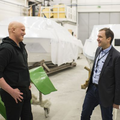 Kuvassa Dan Andersson keskustelee venehallissa Joona Vuodin kanssa.