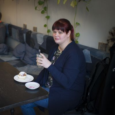 Sonja Karppi kahvilassa.