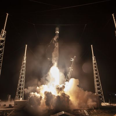Falcon 9-raket lyfter från Cape Canaveral.
