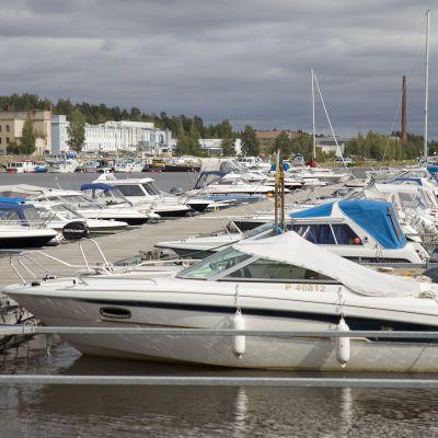 Veneitä Kuopion Maljalahden laiturissa.