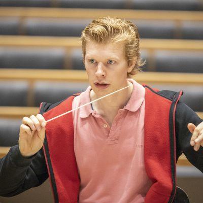 Eero Lehtimäki johtaa orkesteria harjoituksissa.