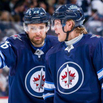Winnipeg Jetsin Blake Wheeler ja Patrik Laine keskustelutuokiossa