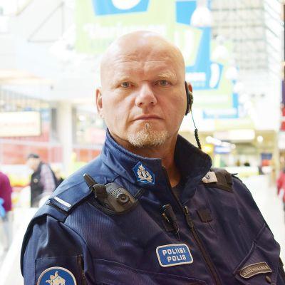 Turun Varissuon aluepoliisi Vesa Jauhiainen