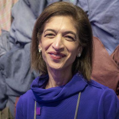 Yasmeen Hassan hymyilee  lähikuvassa