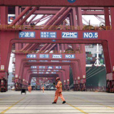 Från och med årsskiftet blir det billigare att exportera omkring 850 varor och produkter till Kina som hoppas på större ekonomisk tillväxt