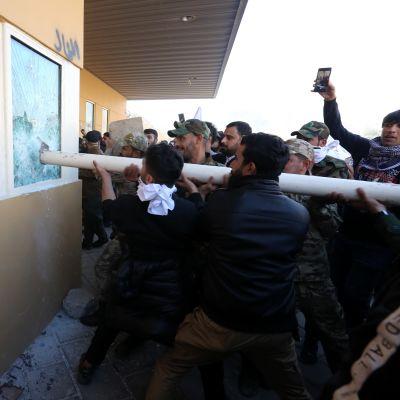 Ingen på den amerikanska ambassaden har ännu skadats under protesterna trots att en del demonstranter försökte storma beskickningen