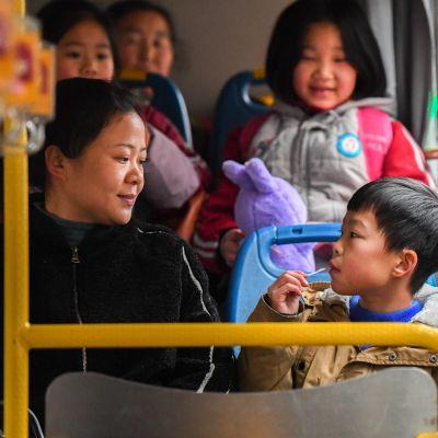 Äiti ja lapsi bussissa.