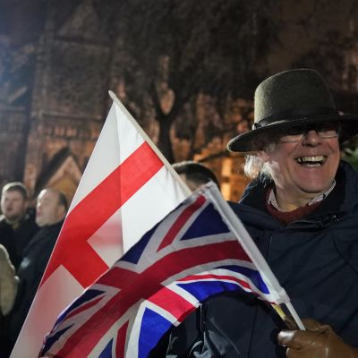 Brexit juhlioita, mies ja lippu