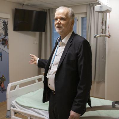 Kuopion yliopistollisen sairaalan hankejohtaja Juhani Kouri esittelee uuden sairaalahuoneen sisustusta.