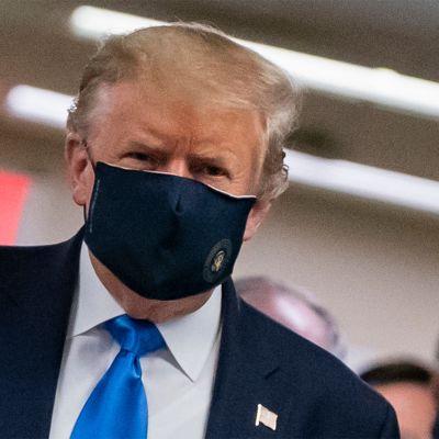 Yhdysvaltain presidentti Donald Trump käytti ensimmäistä kertaa julkisesti kasvomaskia.