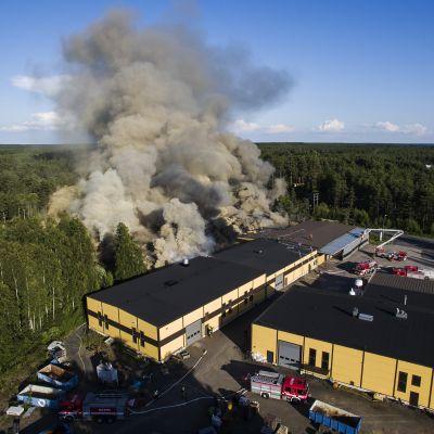 Narvin kiuastehtaalla Raumalla on tulipalo.