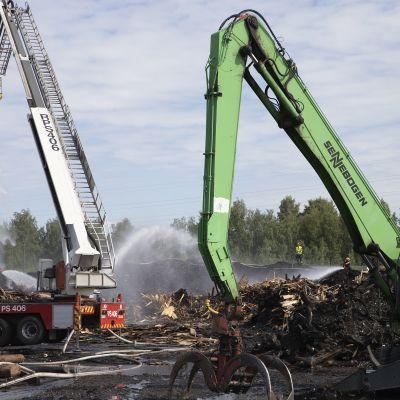 Jälkisammutustyöt Stora Enson Varkauden tehtailla
